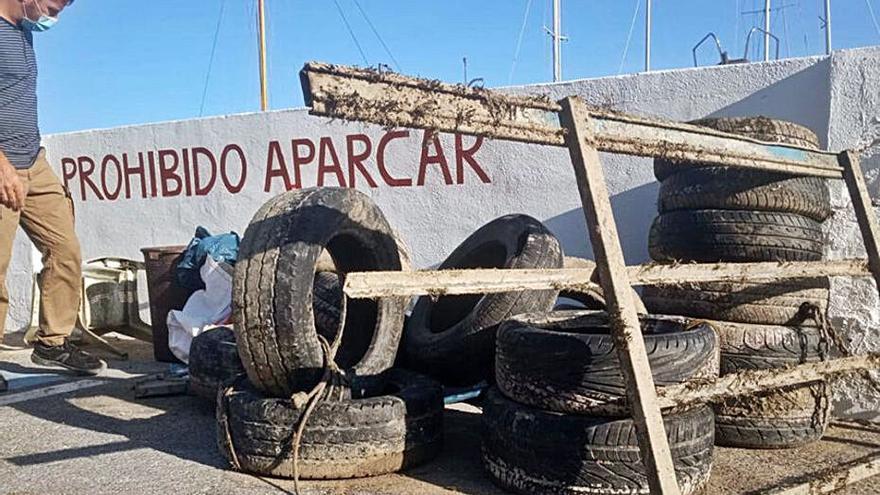 Extraen 26 neumáticos de los fondos de Puerto Blanco de Calp