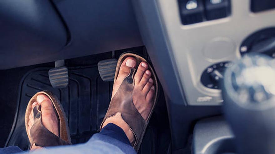 La DGT advierte de la multa a la que se exponen los conductores por conducir con chanclas en Castellón