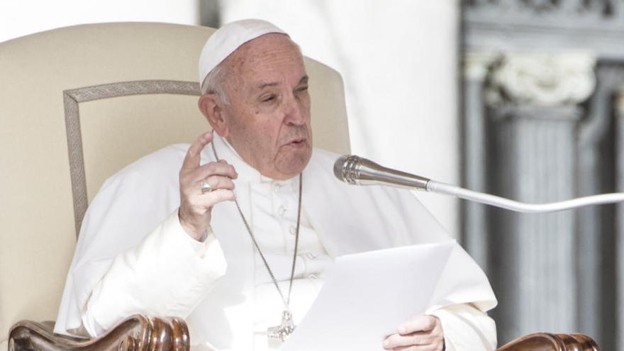El Papa preside el Vía Crucis en la Plaza de San Pedro vacía