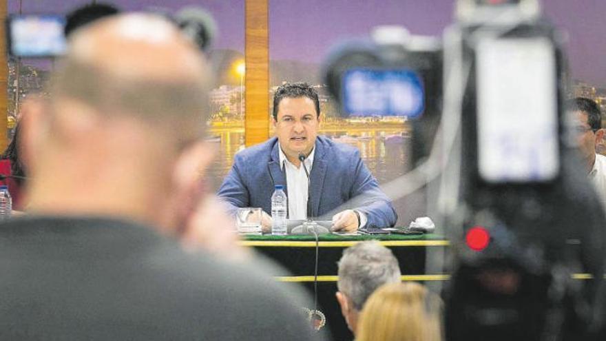 El PSOE prepara la expulsión de Mena y la creación de una gestora