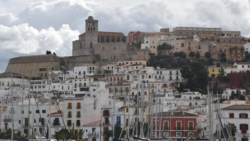 El Ayuntamiento de Ibiza dotará con 22 euros a los turistas de Baleares que visiten la ciudad