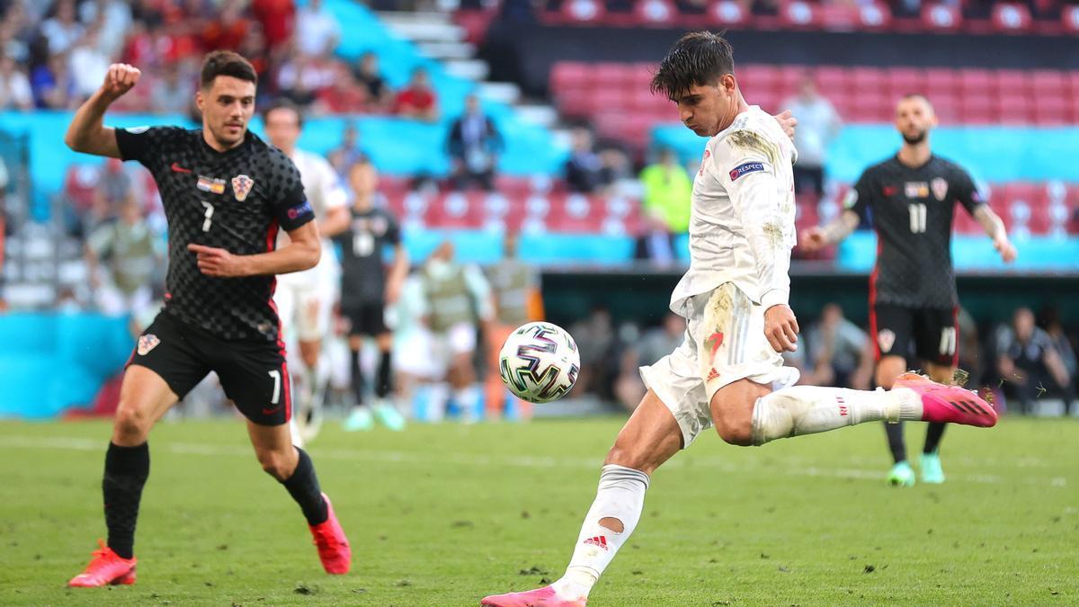 Morata dispara a portería con potencia y precisión en el 3-4 de España frente a Croacia.