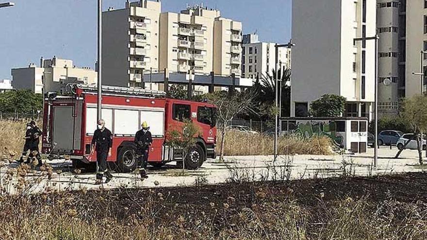 Extinguen dos incendios de rastrojos en el Polígono de Levante y Son Reus