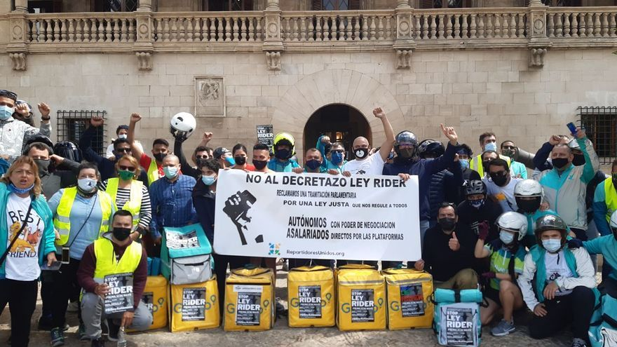 Medio centenar de repartidores protestan en Palma contra la aprobación de la ley 'rider'