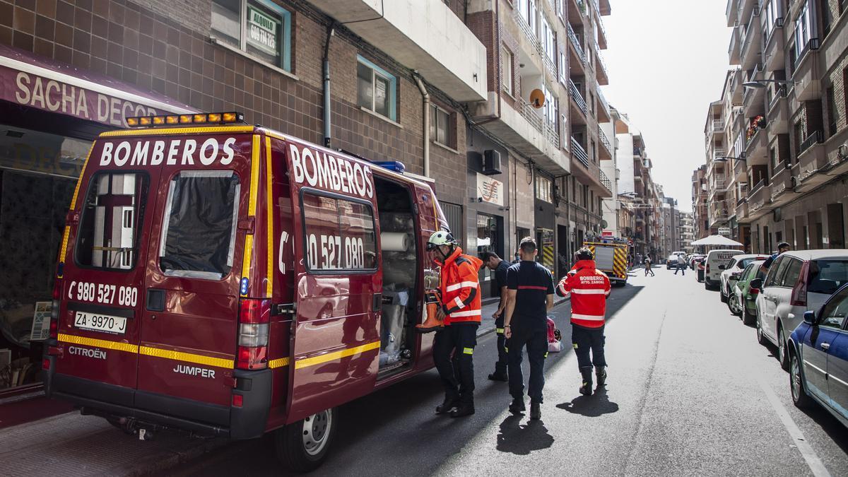 Los bomberos, en la calle Regimiento de Toledo