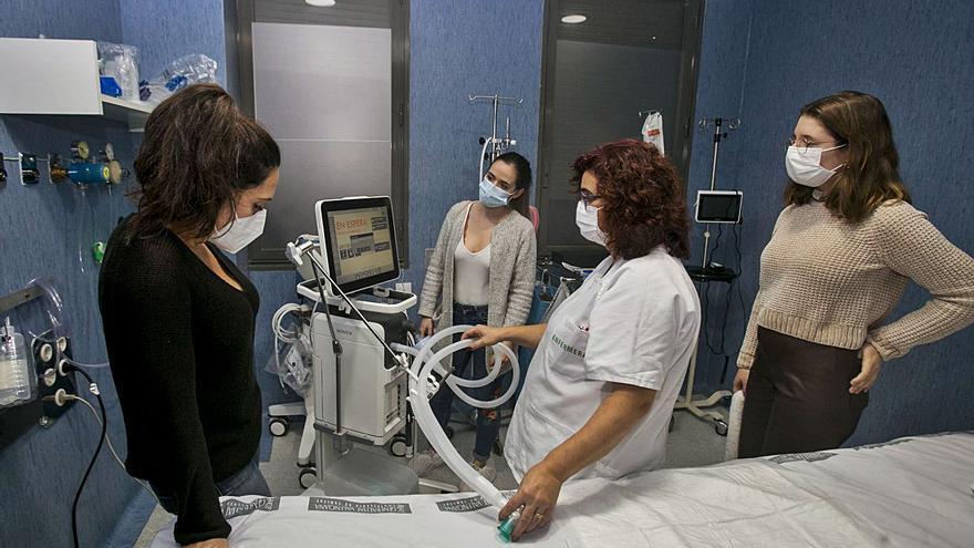 Los hospitales forman a médicos para trabajar en las UCI con enfermos covid