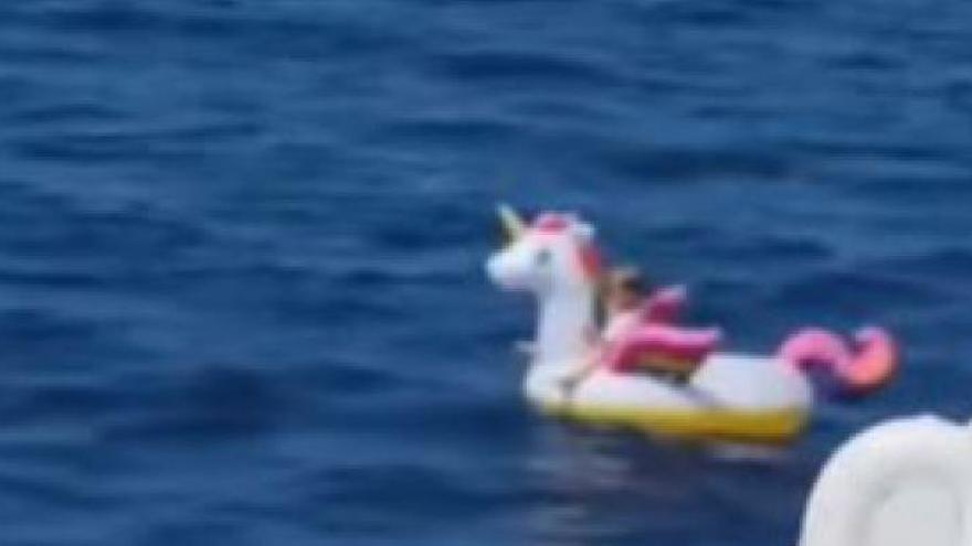 Rescatan en alta mar a una niña perdida a la deriva sobre su flotador de unicornio