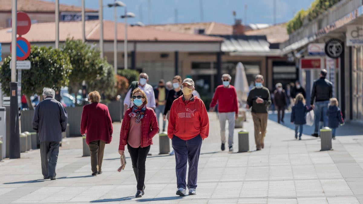 Archivo - Varias personas pasean por una céntrica calle de Sanxenxo, Pontevedra, Galicia (España), a 21 de marzo de 2021. El pasado miércoles el Ministerio de Sanidad y las Comunidades Autónomas acordaron una serie de medidas a aplicar durante el puente d