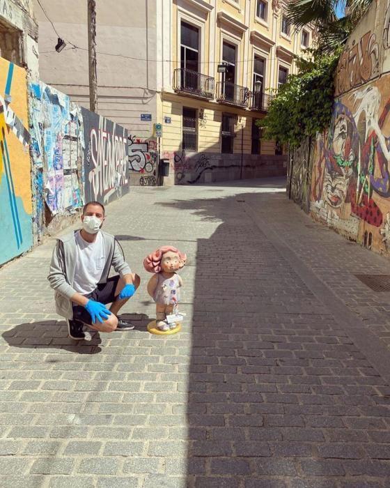 El artista Vicente Domínguez llevó los ninots a las demarcaciones en las que deben estar el 15 de marzo de 2021. Estos son dos de los casos: Baja-Mesón de Morella...