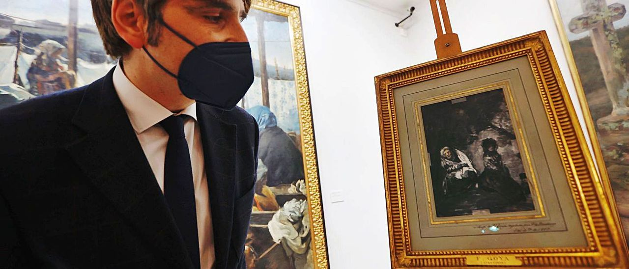 Alfonso Palacio contempla el dibujo de Goya incorporado al museo con el depósito de los Villagonzalo. | Miki López