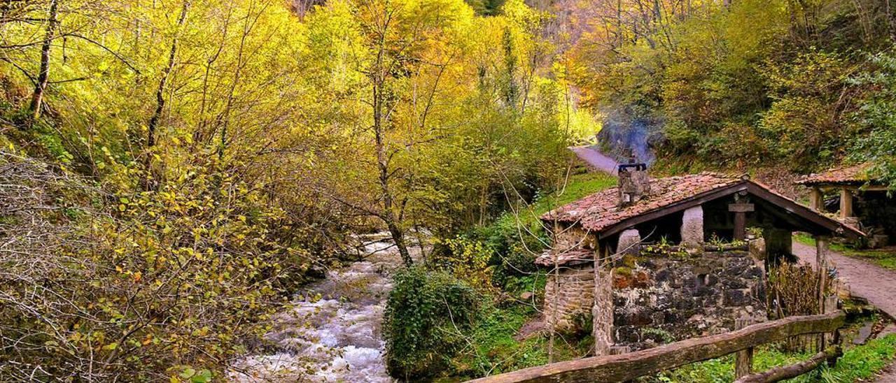 Cabaña junto al río en uno de los tramos de la ruta de Los Arrudos, a la altura del puente de la Xienra.