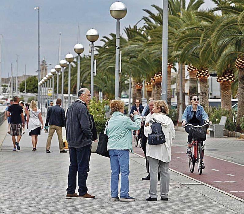 Palmesanos y visitantes paseando y practicando deporte en el Paseo Marítimo.