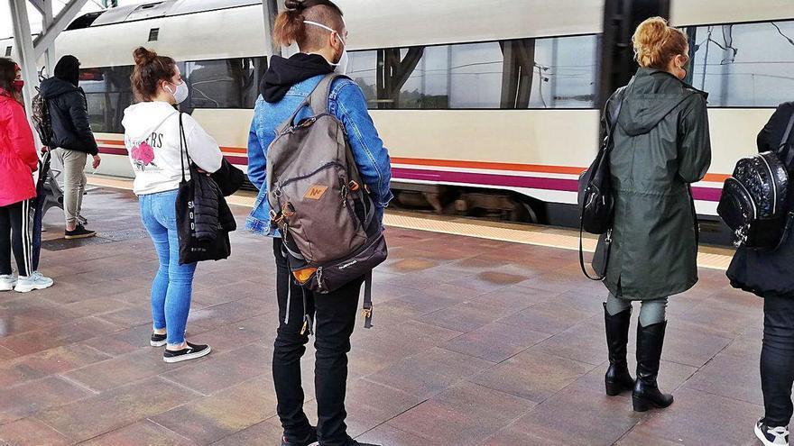 El puente y la reducción de plazas vuelven a dejar fuera del tren a numerosos pasajeros