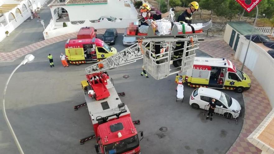 Los bomberos rescatan a una persona mayor que ha sufrido un accidente en el interior de su vivienda en Guardamar