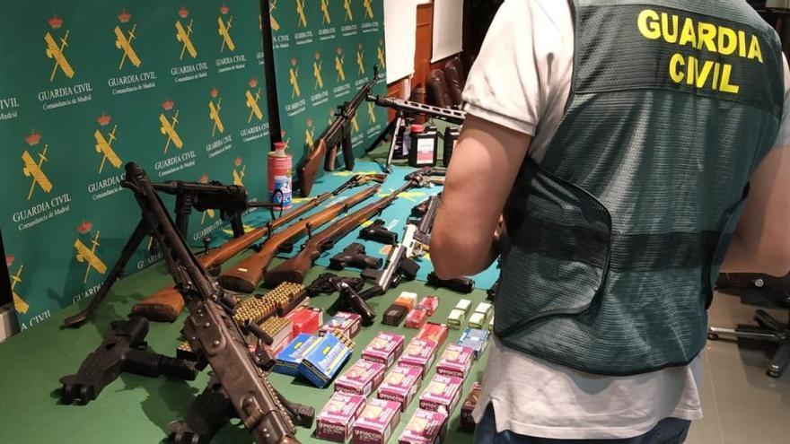 Detenido en Bigastro por transformar pistolas detonadoras en otras de fuego real en un taller clandestino
