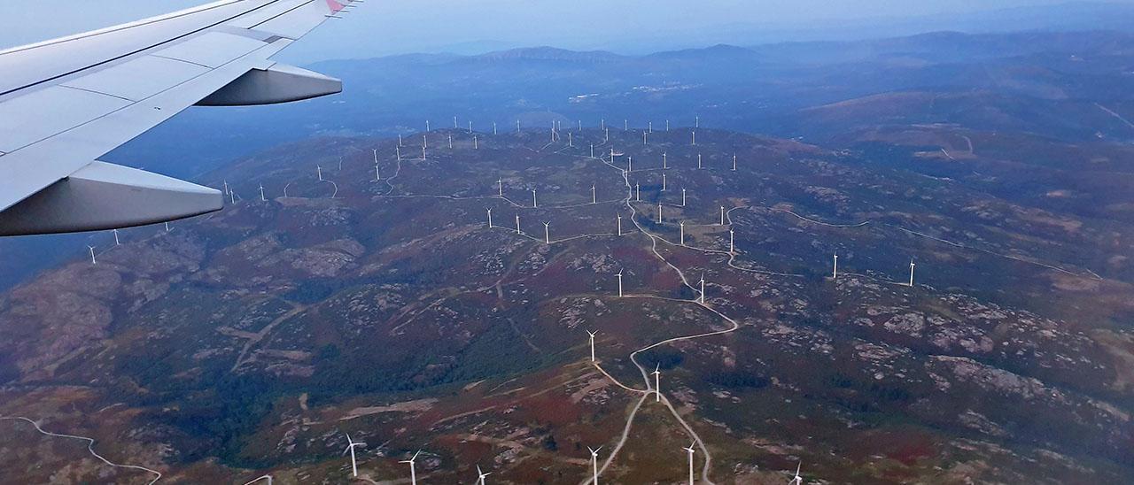 Vista aérea de una montaña en Galicia llena de molinos de viento