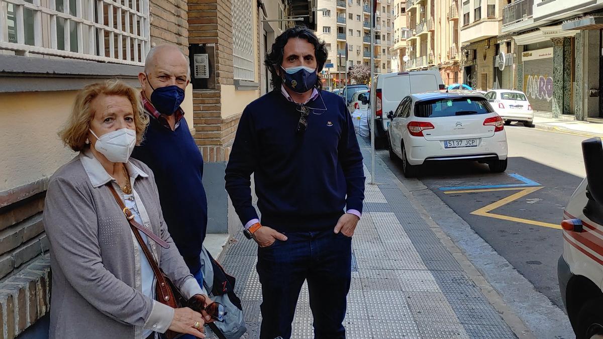 """Iván, a la derecha, con Aurora y otro vecino de la calle Dato. Están """"hartos"""" y se van a movilizar."""
