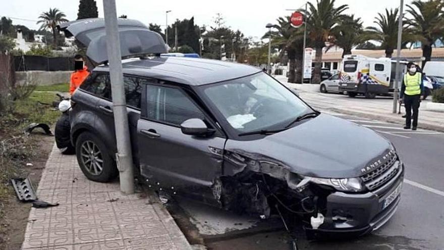 Un conductor borracho choca contra una farola en Sant Josep