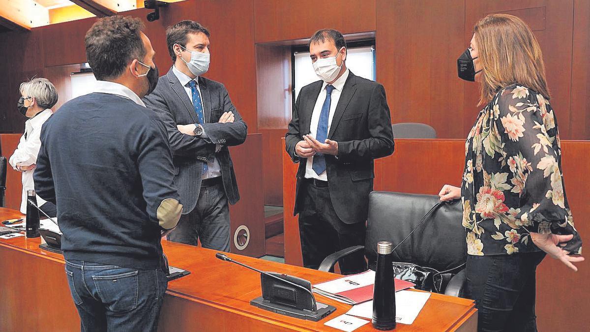 El director general de Presupuestos, Andrés Leal, con los portavoces del PAR, PSOE y CHA.