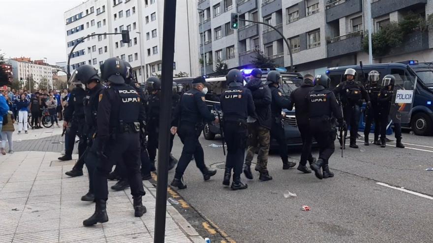 Así fueron los altercados entre la policía y los aficionados del Oviedo