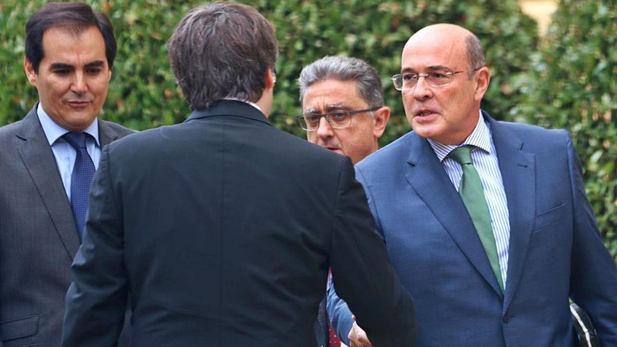 Pérez de los Cobos saludant Carles Puigdemont, el setembre del 2017