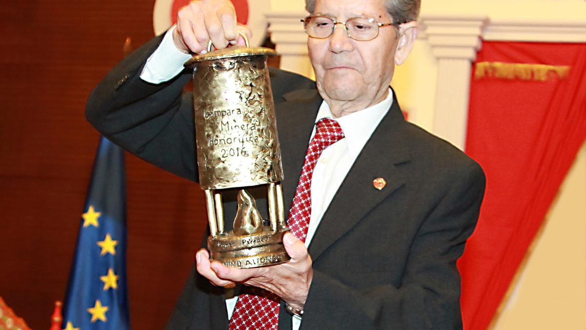El cantaor recibiendo la Lampa Minera honorífica en 2016.