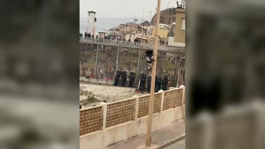 Tensión en Ceuta ante miles de migrantes agolpados en la valla