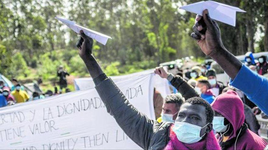 España autoriza a trasladar ya a 3.500 migrantes a la Península