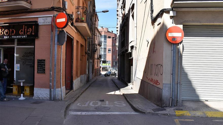 Comencen els treballs de pavimentació per fer una calçada única al carrer Lladó