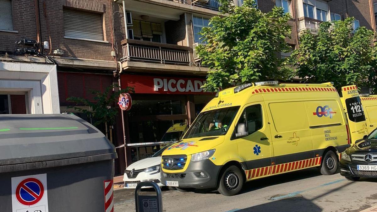 Ambulancias del 061 frente a Picadilly Coffe
