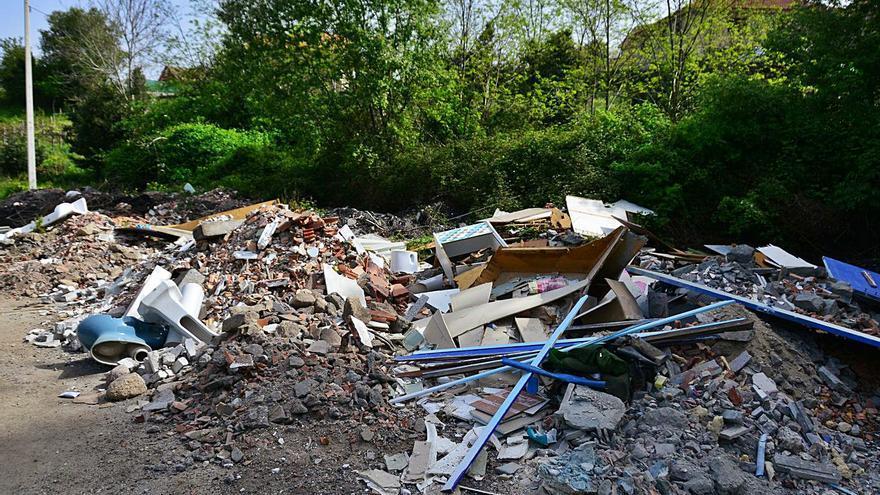 Los escombros y basura se multiplican cerca de la Autovía y Moaña busca implicar a la Xunta en la limpieza