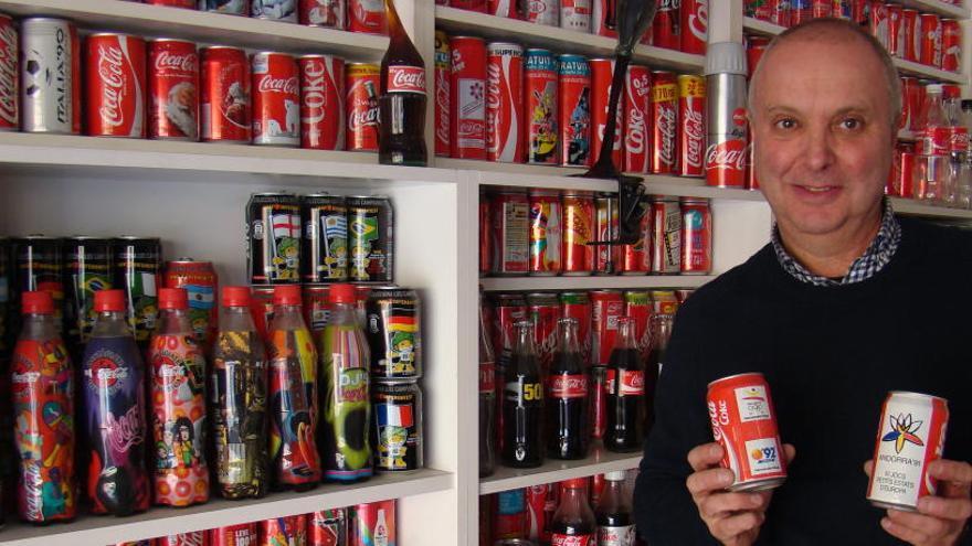 Un bagenc col·lecciona més de 1.600 llaunes de Coca-Cola