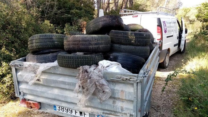 L'Ajuntament de Borrassà retira residus abocats al voltant del camí Ralet