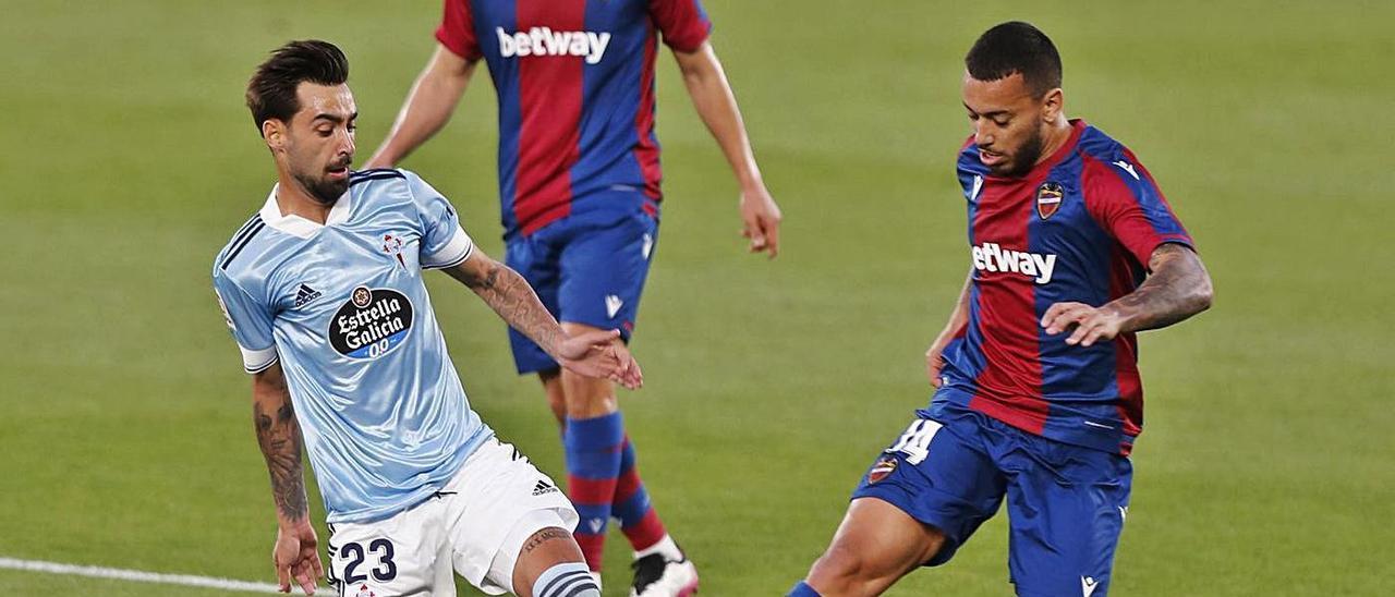 Brais Méndez disputa el balón a Vezo, en una jugada que acabó con falta del levantinista. // RICARDO GROBAS
