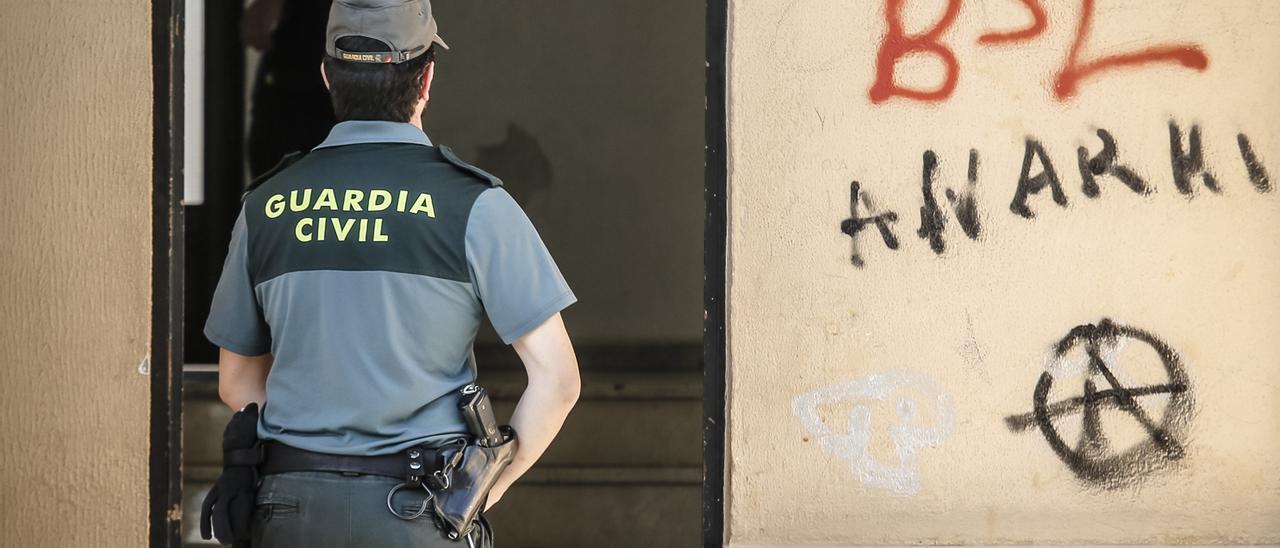 La Guardia Civil busca al autor para detenerlo.