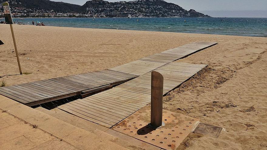 Rosersa ha instal·lat  les noves passeres, dutxes i rentapeus a les platges de Roses