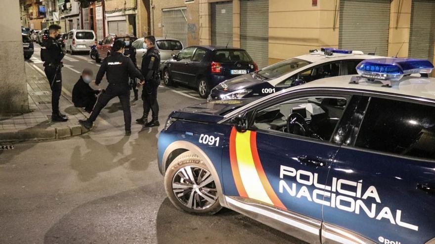 Dos detenidos por apuñalar a un hombre en un portal de Alicante