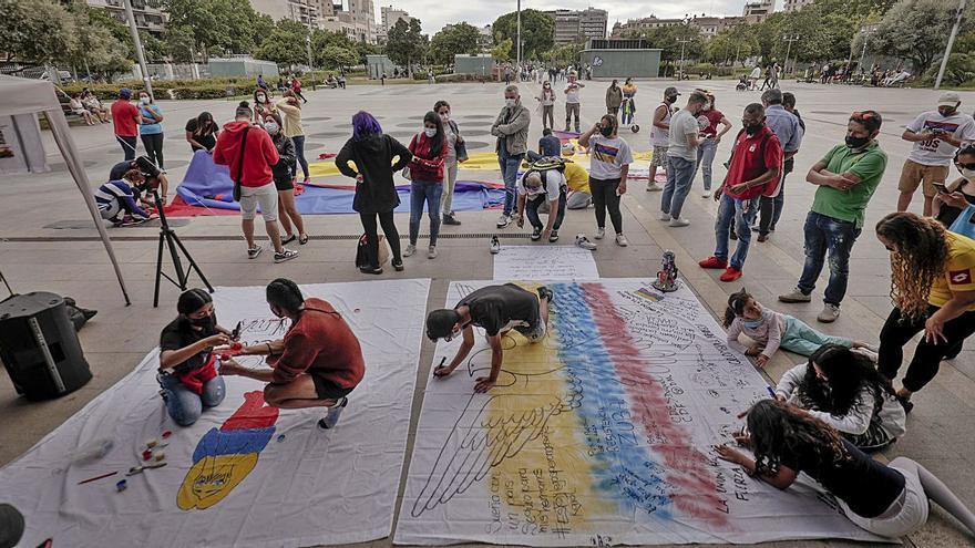 Decenas de colombianos tejen en Palma una bandera en señal de protesta
