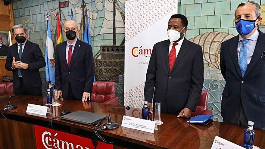 Encuentro del embajador de Guinea con las cámaras asturianas