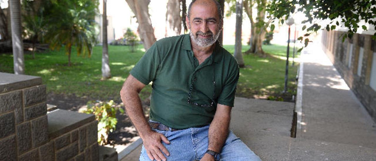 Alberto Martín, profesor de la Universidad de La Laguna, ayer en la entrada a Magisterio.