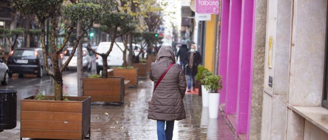 Una mujer pasea por Ontinyent, en una imagen de archivo.   LEVANTE-EMV