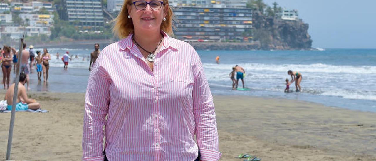 Elena Álamo Vega, alcaldesa accidental de San Bartolomé de Tirajana, en la playa de San Agustín ayer.
