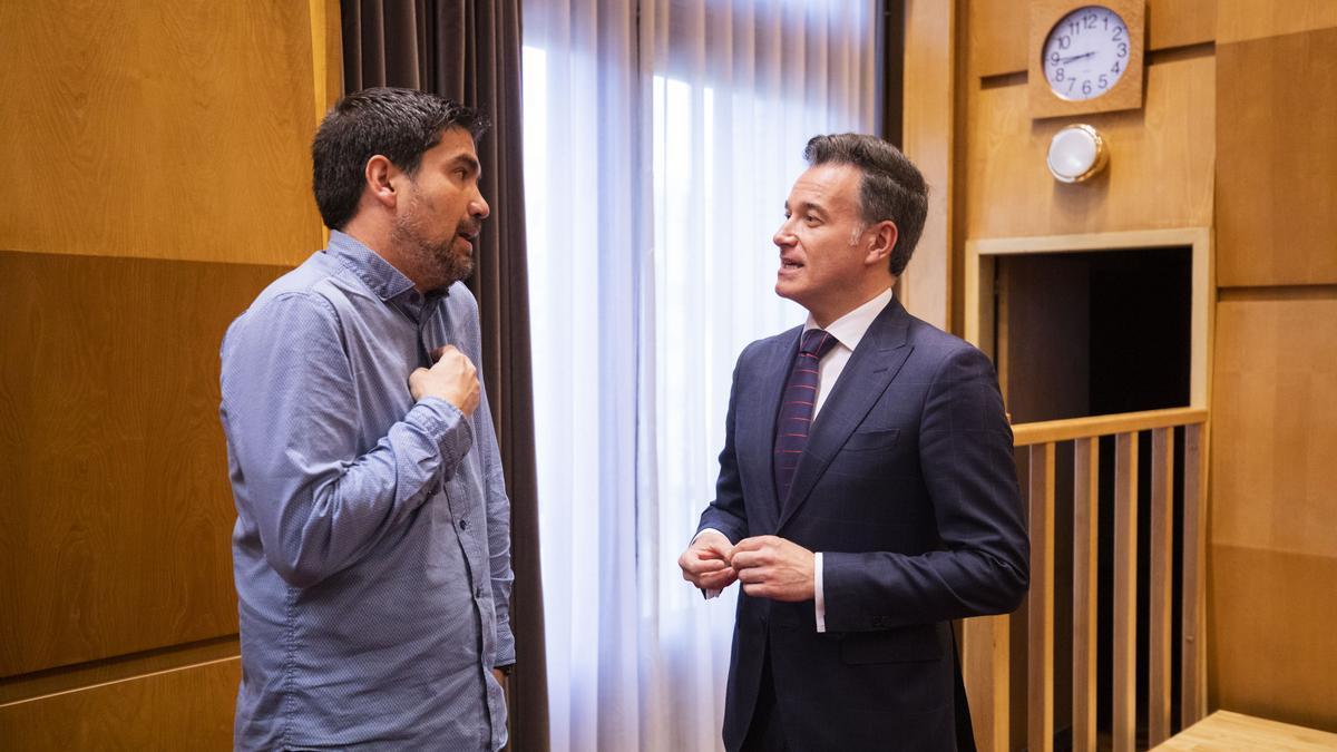 El concejal de Urbanismo, Víctor Serrano, y el socialista Horacio Royo.
