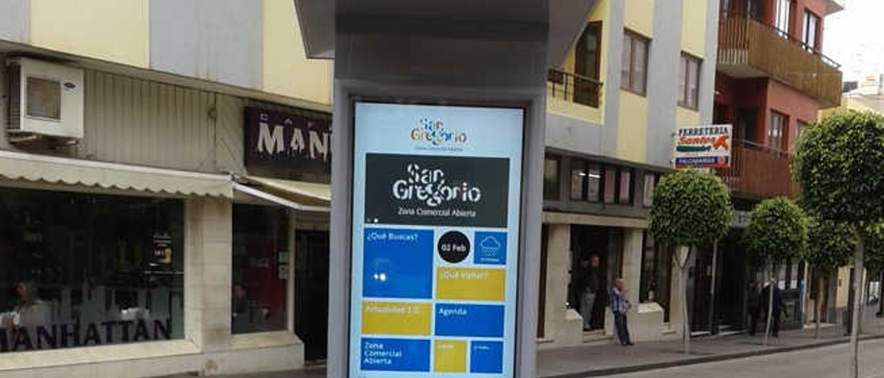 Punto de Información, ayer, en la zona comercial abierta de San Gregorio.