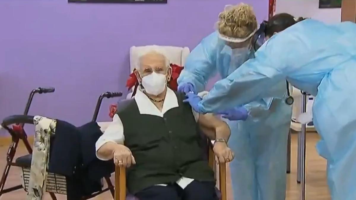 Coronavirus.- Araceli, de 96 años, la primera persona vacunada contra el Covid-19 en España