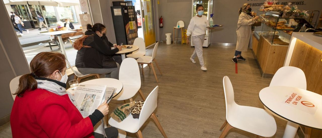 Clientes en el interior de una cafetería
