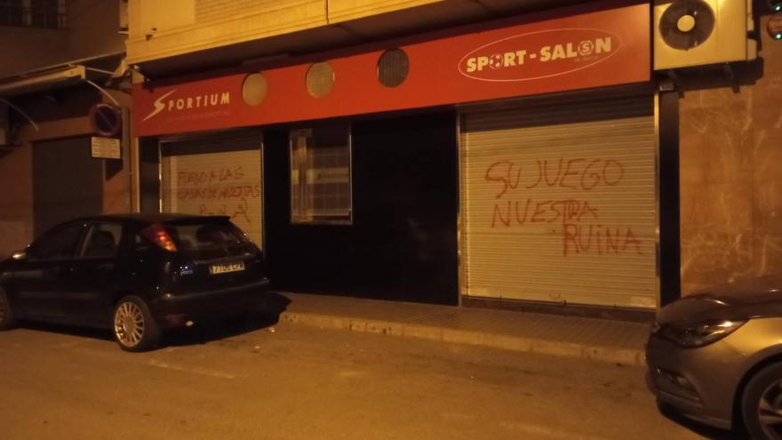 Activistas contra el juego atacan una casa de apuestas de Novelda