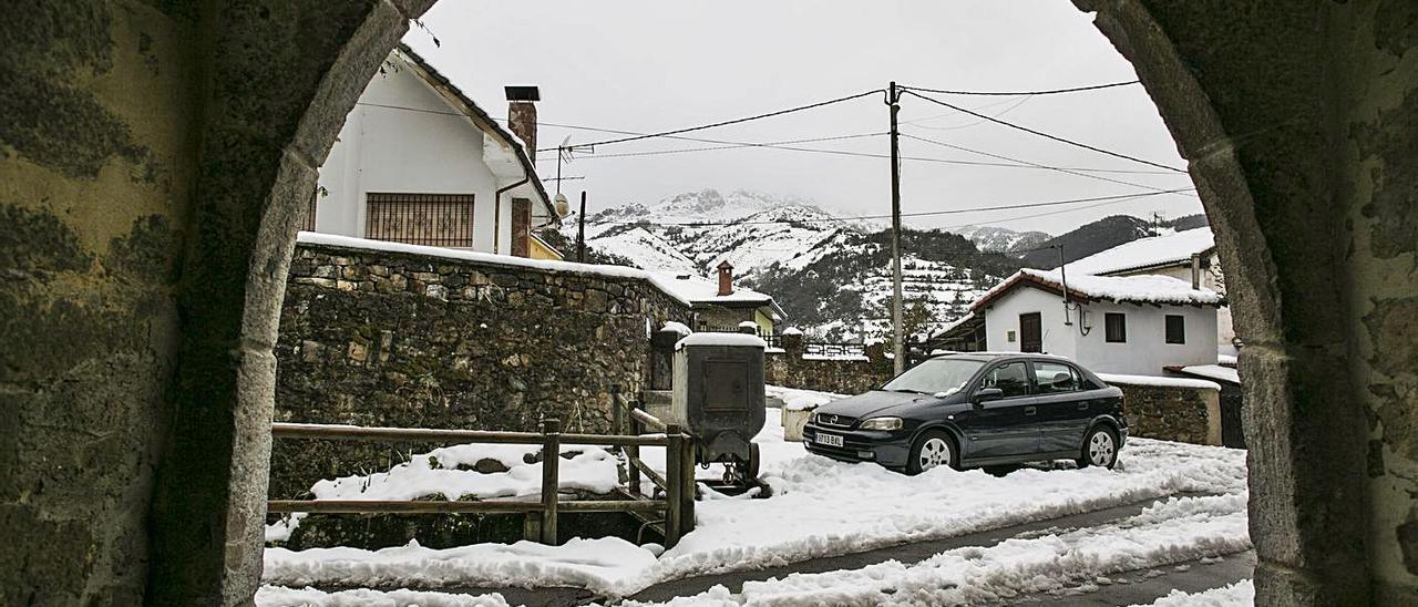 Nieve en las aceras de la localidad allerana de Felechosa, el pasado invierno.   Irma Collín