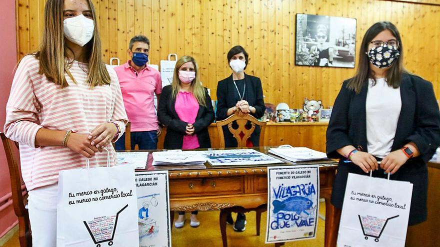 Estudantes do Castro Alobre animan a comprar na praza de abastos
