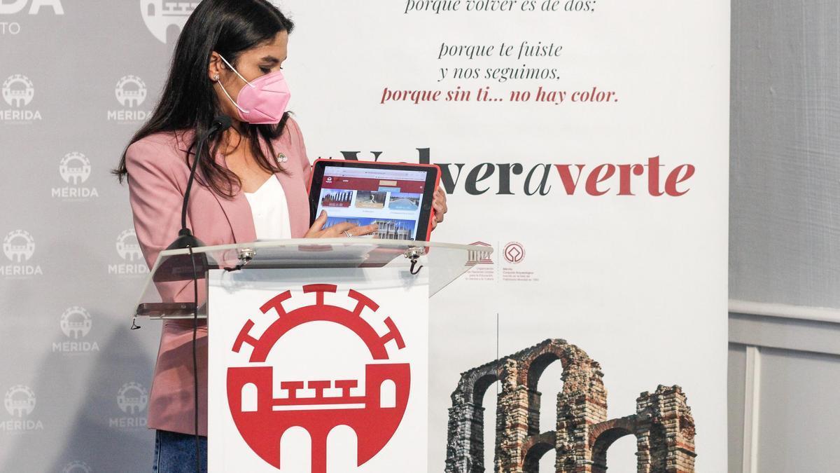 La delegada de Turismo, Pilar Amor, muestra el contenido virtual de la oferta de Mérida en Fitur.